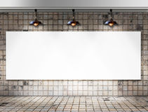 Leeg kader met Plafondlamp in Vuile tegelruimte Stock Foto