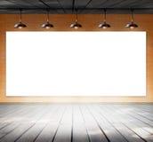 Leeg kader op bakstenen muur en houten vloer stock foto's