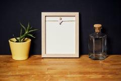 Leeg kader op een houten plank op een zwarte muur Royalty-vrije Stock Afbeelding