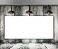 Leeg kader op houten muur met Plafondlamp Stock Afbeeldingen