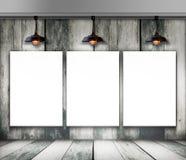 Leeg kader op houten muur met Plafondlamp Royalty-vrije Stock Foto