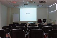 Leeg klaslokaal met het projectorscherm Stock Fotografie