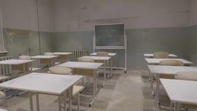 Leeg klaslokaal met houten bureaus, witte en groene schoolborden in school Leeg Klaslokaal Verlaten Schoolklaslokaal royalty-vrije stock fotografie