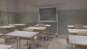 Leeg klaslokaal met houten bureaus, witte en groene schoolborden in school Leeg Klaslokaal Verlaten Schoolklaslokaal stock afbeeldingen