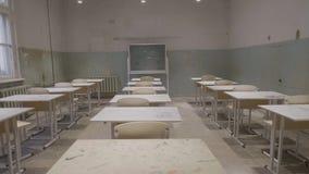 Leeg klaslokaal met houten bureaus, witte en groene schoolborden in school Leeg Klaslokaal Verlaten Schoolklaslokaal stock fotografie