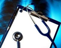 Leeg klembord met stethoscoop en de foto van de Röntgenstraal Stock Fotografie