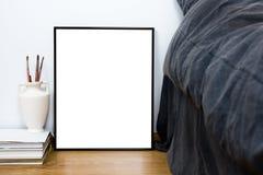 Leeg leeg klassiek zwart kader op een vloer, minimale huisslaapkamer Stock Foto's