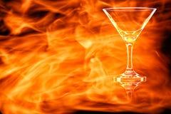 Leeg Martini-glas in de brandvlammen stock foto
