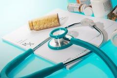 Leeg medisch voorschrift met een sthetoscope en geneeskundeflessen Stock Fotografie
