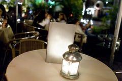 Leeg menu op lege lijst bij openluchtrestaurant Stock Foto