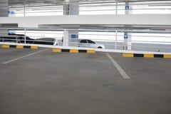 Leeg nieuw parkerenbinnenland voor achtergrond Stock Foto