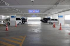 Leeg nieuw parkerenbinnenland voor achtergrond Stock Foto's