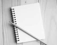 Leeg notitieboekje en potlood in grayscale Stock Foto's