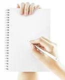 Leeg notitieboekje met hand die een pen houden Stock Afbeelding