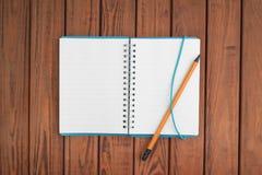 Leeg notitieboekje met pen en potlood royalty-vrije stock foto's