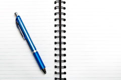 Leeg notitieboekje met pen en potlood op houten lijst, bedrijfsconcept Royalty-vrije Stock Afbeeldingen