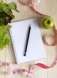 Leeg notitieboekje met plantaardige salade en appel Stock Afbeelding