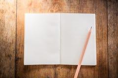 Leeg notitieboekje met potlood Royalty-vrije Stock Afbeeldingen