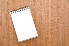 Leeg notitieboekje met spiraal voor de toepassing van etiketten op houten achtergrond stock fotografie