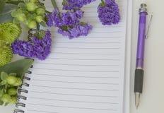Leeg notitieboekje met staticebloem stock foto's