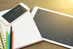 Leeg notitieboekje met tablet en calculator op bureau royalty-vrije stock fotografie