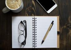 Leeg notitieboekje op een bureau royalty-vrije stock afbeelding
