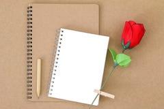 Leeg notitieboekje op natuurlijk pakpapier naast houten potlood en Royalty-vrije Stock Afbeeldingen