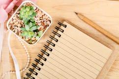 Leeg notitieboekje voor uw tekst met cactus royalty-vrije stock afbeelding