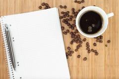 Leeg oefenboek met koffie stock foto's