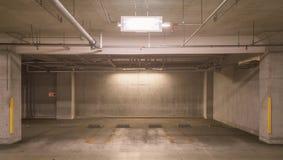 Leeg ondergronds autoparkeerterrein Royalty-vrije Stock Afbeeldingen