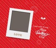 Leeg onmiddellijk fotokader mooi op rode achtergrond Stock Foto