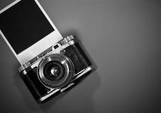 Leeg onmiddellijk fotokader op grijze die achtergrond met oude retro uitstekende camera en exemplaarruimte wordt benadrukt Royalty-vrije Stock Foto's