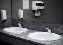 Leeg openbaar toilet stock foto