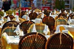Leeg openluchtrestaurant Royalty-vrije Stock Afbeeldingen