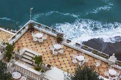 Leeg openluchtrestaurant bij de zeekust stock foto's
