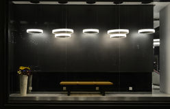 Leeg opslagvenster met geleide gloeilampen, LEIDENE die lamp in winkelvenster wordt gebruikt, Commerciële decoratie, zwarte grijz stock afbeeldingen