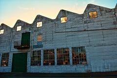 Leeg oud pakhuis met gebroken glasrefelctions Royalty-vrije Stock Foto's