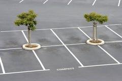 Leeg parkeerterrein. stock foto