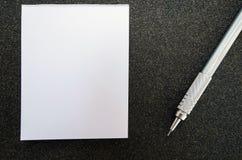 Leeg post-itdocument boek met potlood, op zwarte schuurpapiertextuur Royalty-vrije Stock Fotografie
