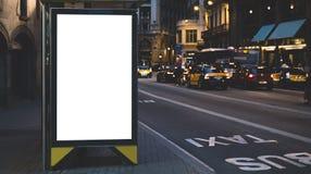 Leeg reclame licht vakje op bushalte, model van leeg advertentieaanplakbord op nachtbusstation, malplaatjebanner op achtergrondst stock afbeeldingen