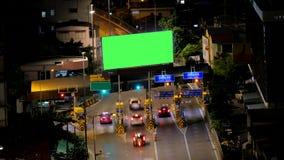 Leeg reclameaanplakbord bij betalingsgebied voordien in snelweg, tijdtijdspanne stock footage