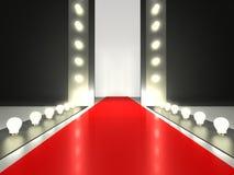 Leeg rood tapijt, verlichte manierbaan Royalty-vrije Stock Foto's
