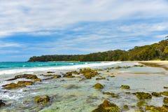 Leeg rotsachtig strand royalty-vrije stock afbeeldingen