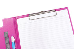 Leeg roze klembord met pen en heerser Stock Fotografie