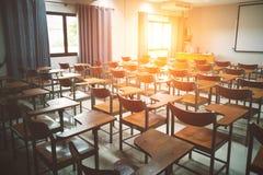 Leeg schoolklaslokaal met vele houten stoelen stock afbeelding