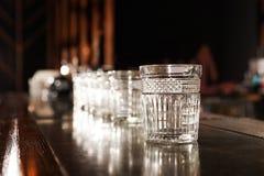 Leeg schoon glas op teller in moderne bar royalty-vrije stock fotografie
