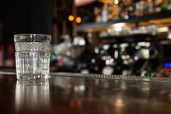 Leeg schoon glas op teller in moderne bar royalty-vrije stock afbeelding