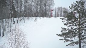 Leeg Ski Lift beweegt zich stock video