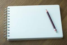Leeg spiraalvormig notitieboekje en potlood Stock Foto