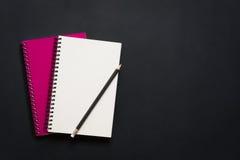 Leeg spiraalvormig notitieboekje en potlood Royalty-vrije Stock Foto's